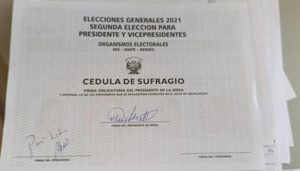 """Cédula con la inscripción """"Perú Libre""""."""