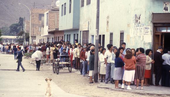 QUE LA HITORIA NO SE REPITA. El control de importaciones causó que las familias hicieran largas colas en busca de alimentos como el pan. (ARCHIVO HISTÓRICO GEC)