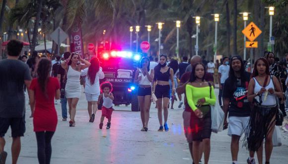 El alcalde de Miami Beach, Dan Gelber, explicó que los vacacionistas arrojaron piedras y botellas a los agentes que patrullaban las calles. (Foto: EFE/EPA/CRISTOBAL HERRERA-ULASHKEVICH)