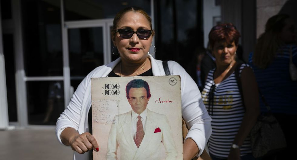 A fan holds a cover of a record with a dedication of the late singer singer Jose Jose  at the Miami-Dade County Auditorium in Miami, Florida on October 6, 2019. - The artist born Jose Romulo Sosa Ortiz, who died last Saturday at age 71, is honored at a funeral home southeast of Miami. (Photo by Eva Marie UZCATEGUI / AFP)