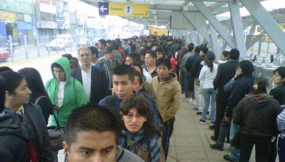 SIN AVISO.  Pasajeros hicieron largas colas para abordar los buses. (Christian Osorio)