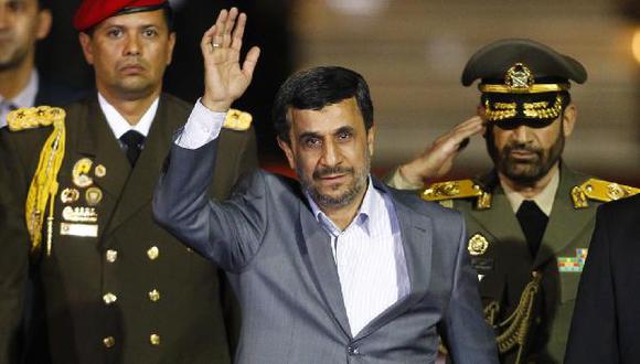 Mahmud Ahmadineyad saluda en el aeropuerto de Caracas. (Reuters)