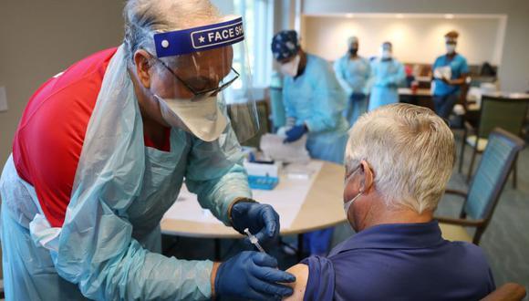 Un trabajador de la salud de American Medical Response, Inc., que trabaja con el Departamento de Salud de Florida en Broward, administra una vacuna Pfizer-BioNtech COVID-19 en la comunidad de retiro de atención continua de John Knox Village el 6 de enero de 2021 en Pompano Beach, Florida. (AFP/Joe Raedle).