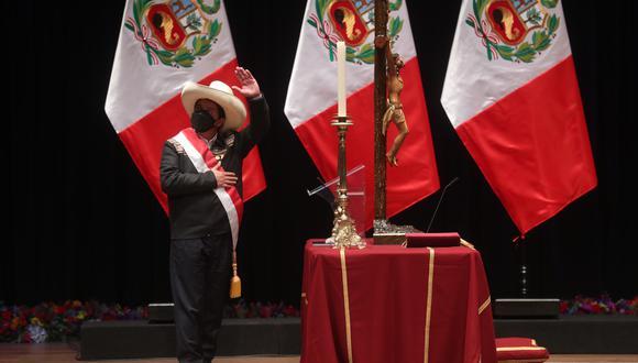 Se trata de una ilusión óptica por la tarima bajo la bandera. (Presidencia)