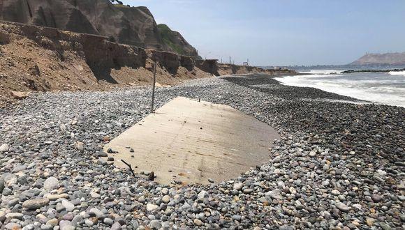 Peligro. En el balneario Los Delfines de Miraflores se halló bloques de concreto enterrados en la playa.