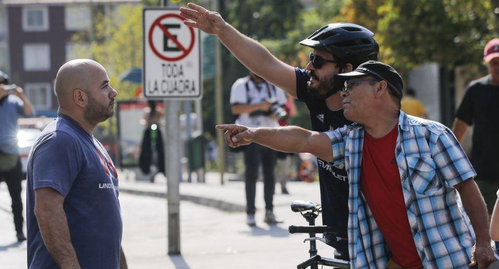 Los manifestantes del movimiento #YoRechazo chocan contra los manifestantes a favor del plebiscito para elegir si continuar con la Constitución chilena o crear una nueva. (AFP).