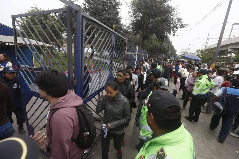 Agentes policiales han debido poner orden entre los empadronadores. (César Campos)