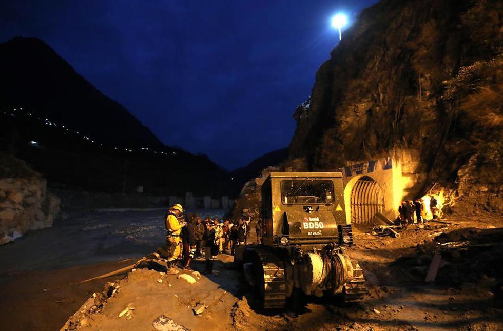 La mayoría de los desaparecidos, cerca de 150, eran trabajadores de dos centrales hidroeléctricas en construcción, donde se encontraban esos túneles, que recibieron el impacto repentino de una columna de agua y lodo caída de las cumbres. (Foto: EFE/EPA/RAJAT GUPTA)