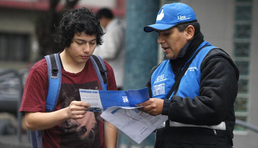 Inspectores municipales de transporte orientaron a los usuarios sobre nueva medida. (Andina)