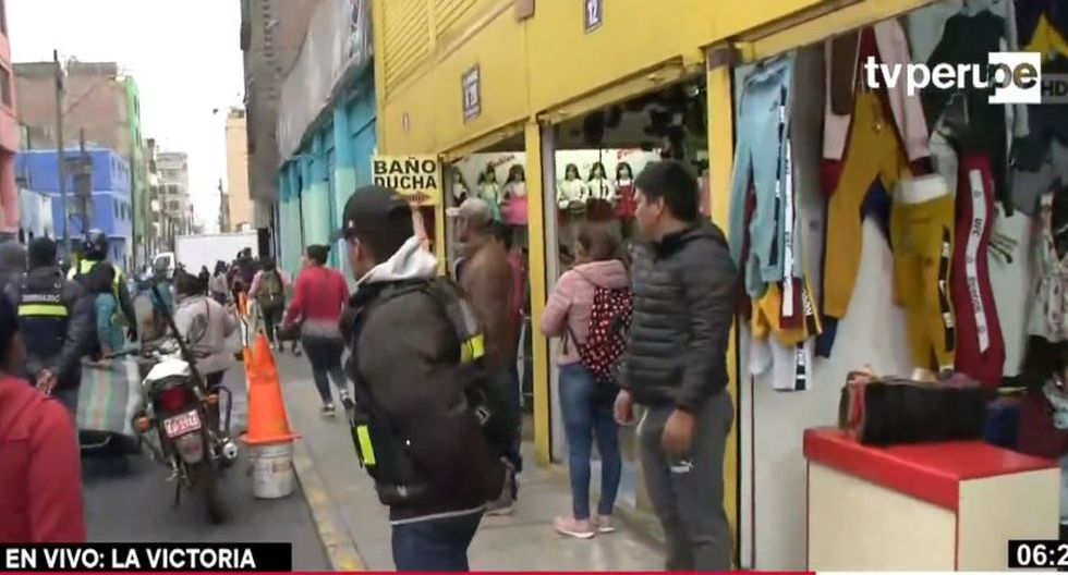 Se les solicitó a los comerciantes informales que se retiren de los jirones Huascarán y Misti.(Captura: TV Perú)