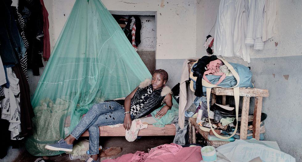 Debora Njala, 18 años, yace en su cama en Chiradzulu. Deborah es atendida luego de que supo que contrajo el VIH de su madre durante el embarazo. Pese a haber dado positivo en la prueba de tuberculosis, asegura que continuará buscando sus sueños (Luca Sola).