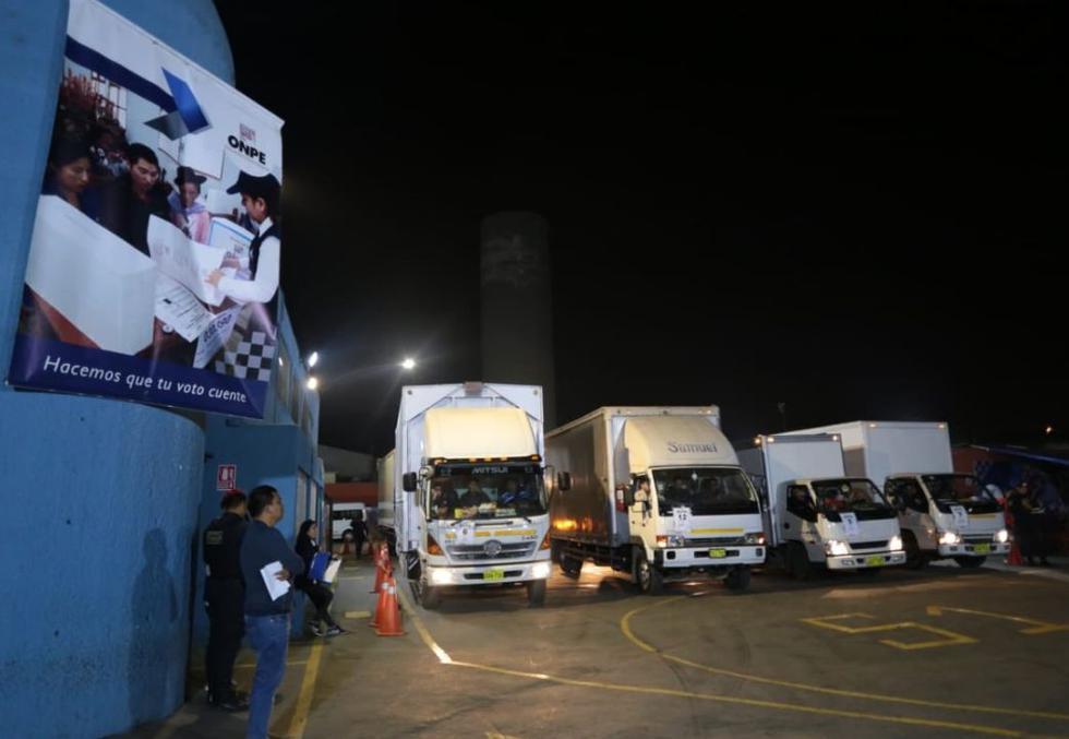 Durante esta madrugada, la ONPE desplegó 165 camiones con material electoral para los locales de votación de Lima y la Provincia Constitucional del Callao. (FOTO: ONPE)