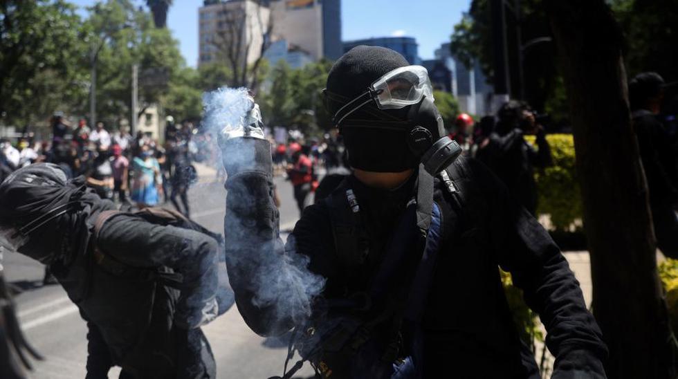 Decenas de manifestantes vandalizaron la Embajada de Estados Unidos en la capital mexicana en la protesta por el presunto asesinato de George Floyd, afroamericano que murió a manos de la Policía hace más de 10 días en Mineápolis. (Foto: EFE/Sáshenka Gutiérrez).