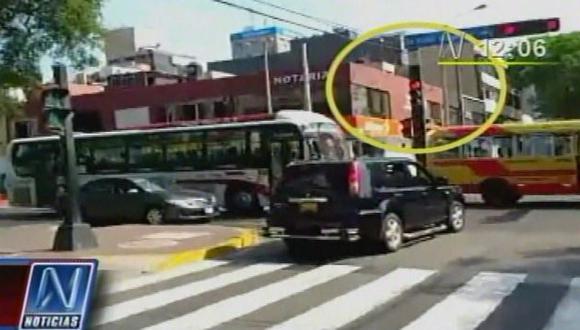 ¡Triste! Comitiva del presidente del país da mal ejemplo. (Imagen de TV)