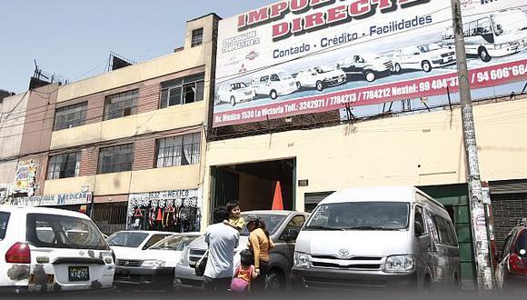 Aquí funciona uno de los puntos de estafa con la venta de autos en La Victoria. (César Fajardo)
