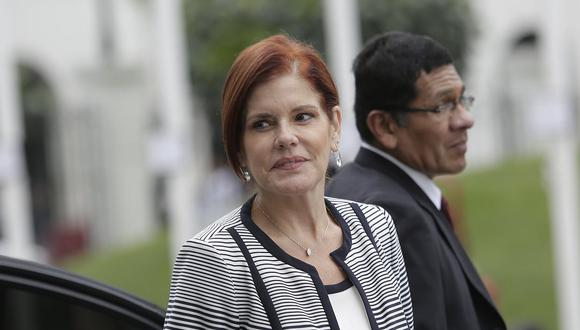 La vicepresidente Mercedes Araoz acudió a votar por el referéndum a un colegio en Miraflores. (Foto: GEC)