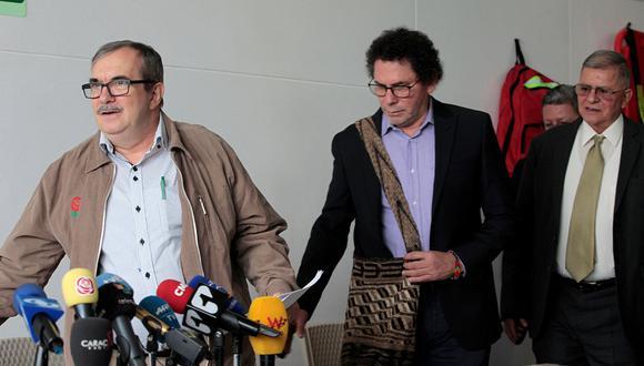 Los exlíderes de las FARC Rodrigo Londoño Echeverri (i), alias Timochenko, Pastor Alape (c) y Rodrigo Granda presentaron una versión escrita sobre los secuestros cometidos por la exguerrilla. (Foto: EFE)