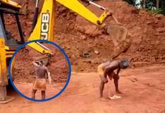Hombre usa retroexcavadora para quitarse la comezón de la espalda