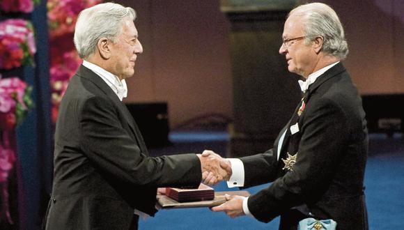 Mario Vargas Llosa recibe el Nobel de Literatura del rey Carlos XVI Gustavo de Suecia durante la ceremonia en Estocolmo el 109 de diciembre de 2010. (Crédito de foto: AFP PHOTO/JONATHAN NACKSTRAND).