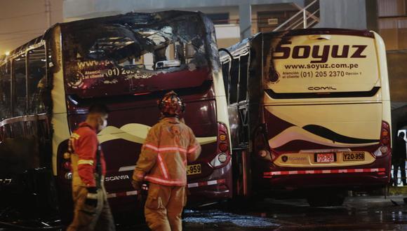 Más de 10 unidades de bomberos trabajaron para controlar el siniestro. (César Grados)