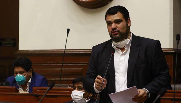 """Guillermo Aliaga (Somos Perú) señaló que cuenta con """"videos"""" con declaraciones de un hospital que le indicó que existen subregistros de fallecidos (Congreso)."""