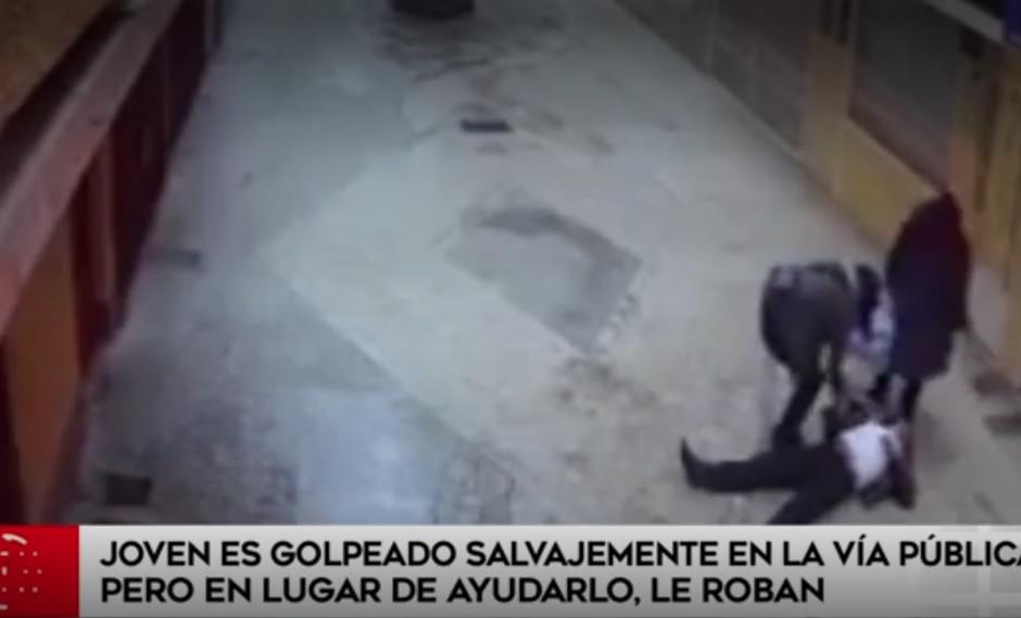 Puno: Joven es golpeado y asaltado en la vía pública. (Captura América Noticias)