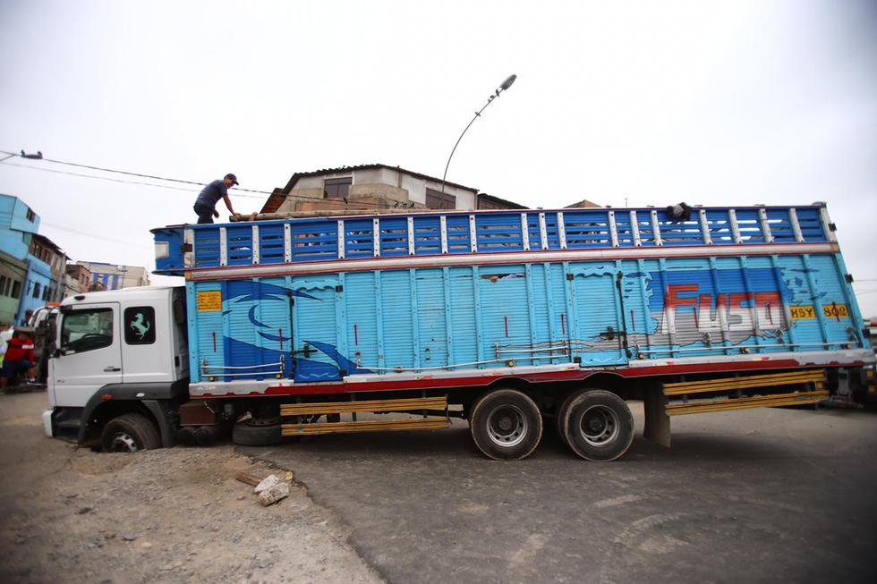 Un camión y un montacargas quedaron atrapados en un forado esta mañana.(Foto: Hugo Curotto)