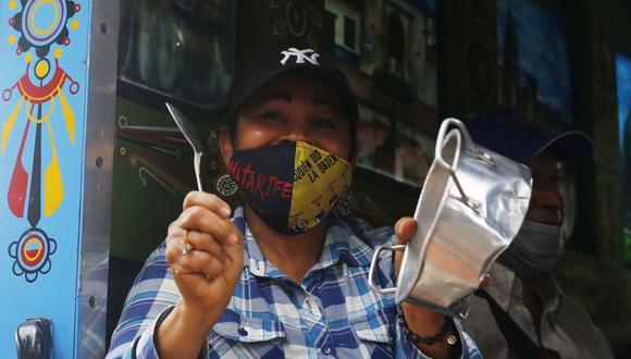 Un grupo de personas participan de una caravana contra las políticas laborales del Gobierno y contra las masacres que se han cobrado la vida de más de 40 personas en los últimos meses, en Medellín. (EFE/Luis Noriega).