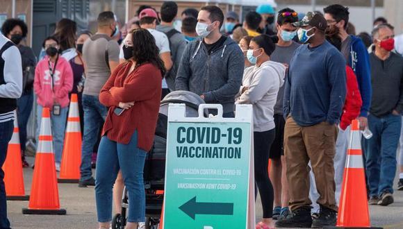 Las personas hacen fila para recibir la vacuna contra el coronavirus COVID-19 en el Miami-Dade College, Florida, Estados Unidos. (Foto: EFE / EPA / CRISTOBAL HERRERA-ULASHKEVICH).