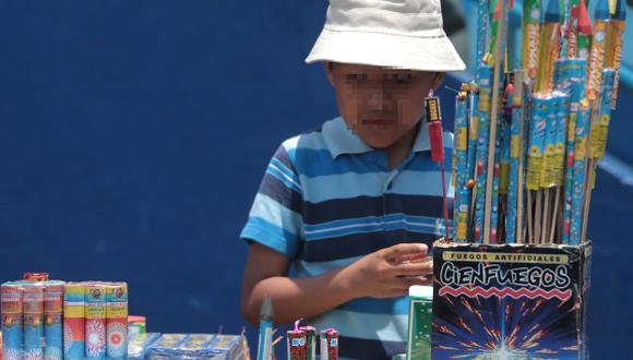 COMERCIO ILEGAL. Hasta menores de edad vendían pirotécnicos. (Martín Pauca)
