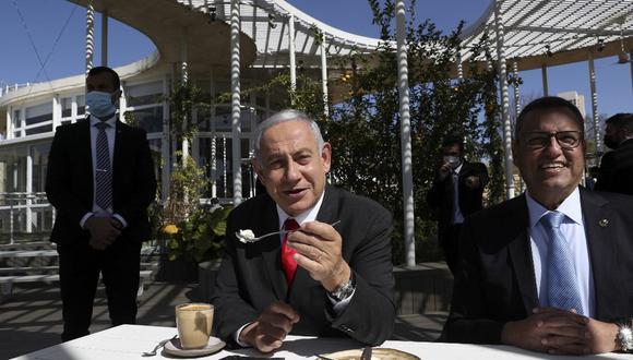 El primer ministro israelí, Benjamin Netanyahu y el alcalde de Jerusalén, Moshe Lion, visitan un restaurante recientemente reabierto en Jerusalén. (Ohad ZWIGENBERG / varias fuentes / AFP)