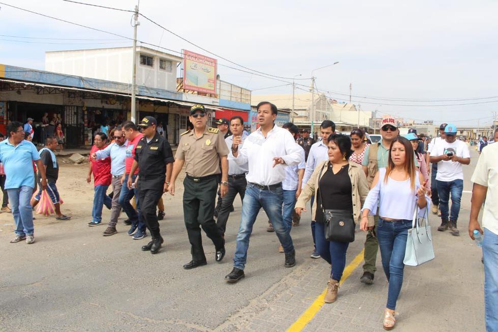 El burgomaestre de Piura, Juan José Díaz, recorrió las vías desocupadas el jueves. (Foto: Johnny Obregón/Perú21)
