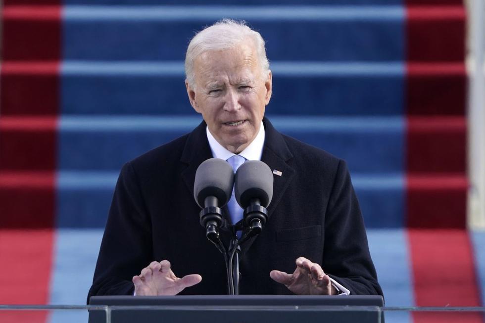 """Joe Biden se convirtió este miércoles en el presidente de Estados Unidos en una solemne ceremonia de investidura en la que pidió apostar por la unidad para superar las múltiples crisis que atraviesa el país, y proclamó que """"la democracia ha prevalecido"""" tras el mandato de Donald Trump. (Texto y foto: EFE)."""