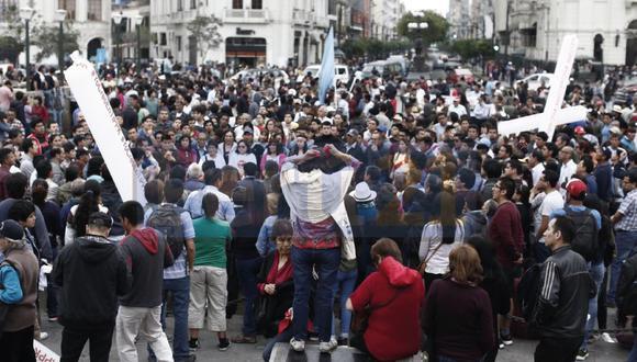 """Marcha pide la salida de Kuczynski """"y que asuma la presidencia el señor Martin Vizcarra"""". (César Campos/Perú 21)"""