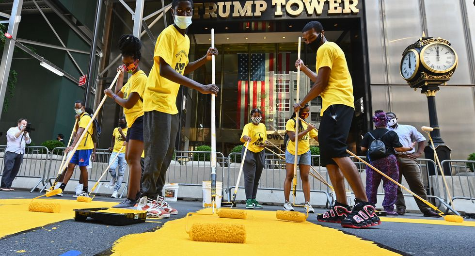 Activistas pintan el slogan Black Lives Matter frente a Trump Tower en Nueva York. (Foto: Angela Weiss / AFP)