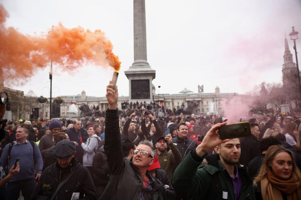 Miles de personas se han manifestado este sábado en el centro de Londres contra el confinamiento impuesto para contener la pandemia del coronavirus en el Reino Unido, muchas de ellas sin mascarilla ni respetar la distancia de seguridad personal. (Texto: EFE / Foto: Reuters).