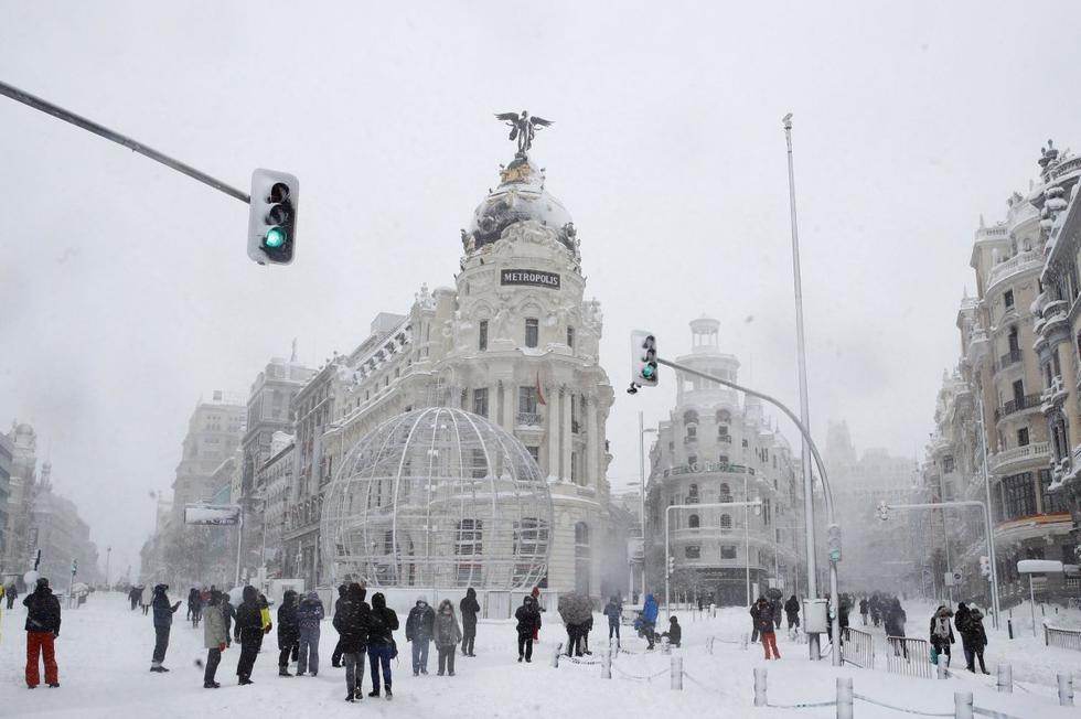 La gran nevada que cae en Madrid y su región desde hace 24 horas, la más importante de los últimos 60 años, ha dejado intransitables calles y carreteras, miles de personas atrapadas en sus automóviles, el transporte urbano terrestre y el ferroviario suspendidos y el aeropuerto paralizado este sábado. (Texto y foto: EFE)