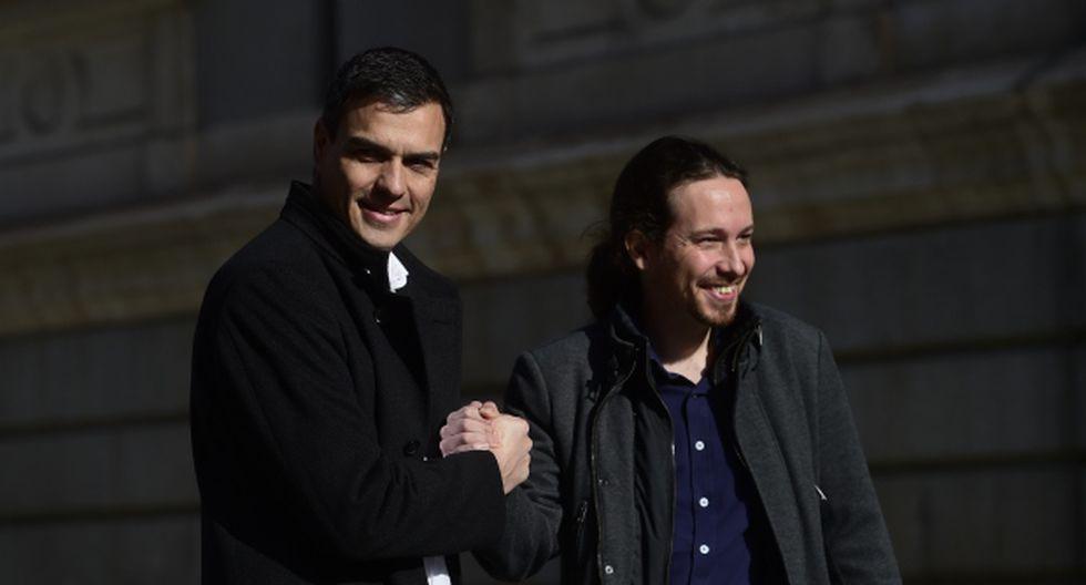 El líder del Partido Socialista Español (PSOE), Pedro Sánchez, se da la mano al líder del partido de izquierda Podemos, Pablo Iglesias, una dupla que podría permitir al primero gobernar. (Foto: AFP)