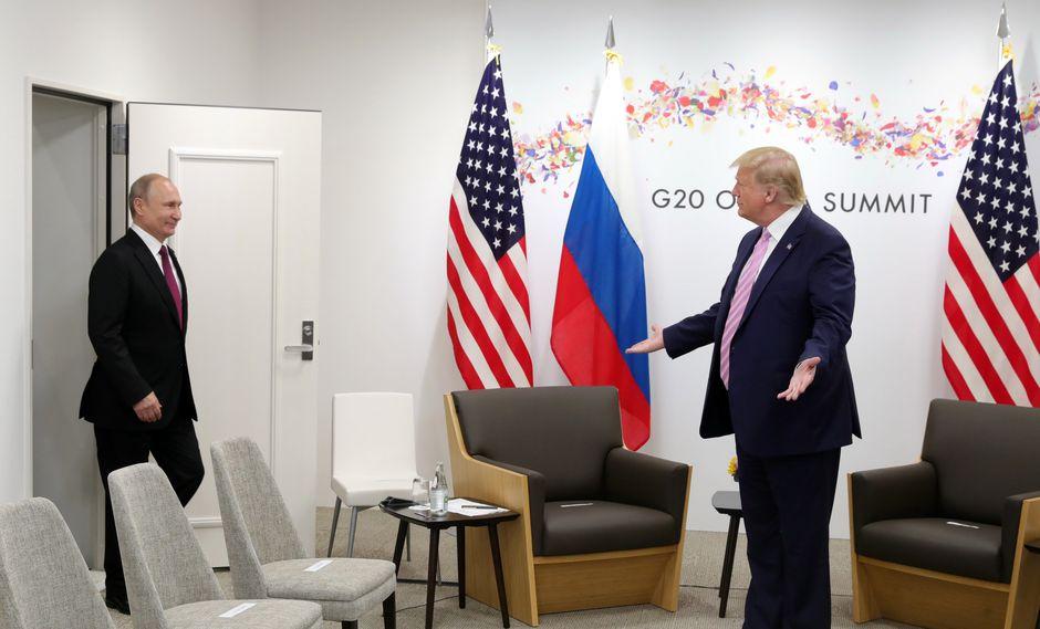 """Trump alzó el dedo índice de la mano derecha en dirección a Putin y reiteró: """"No se meta en las elecciones"""", sin perder la sonrisa. (Foto: EFE)"""