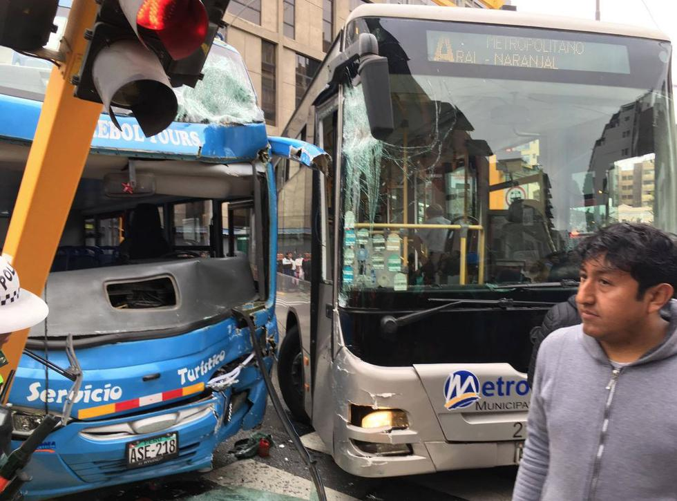 Cuatro heridos tras fuerte choque entre un bus del Metropolitano y un bus turístico. (César Takeuchi)