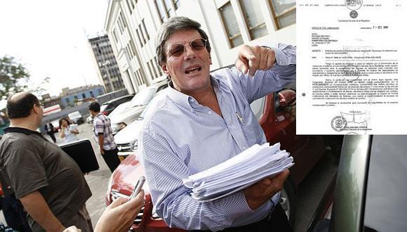 Rey llega al Congreso con documentos que pusieron en entredicho denuncia. (Luis Gonzales)
