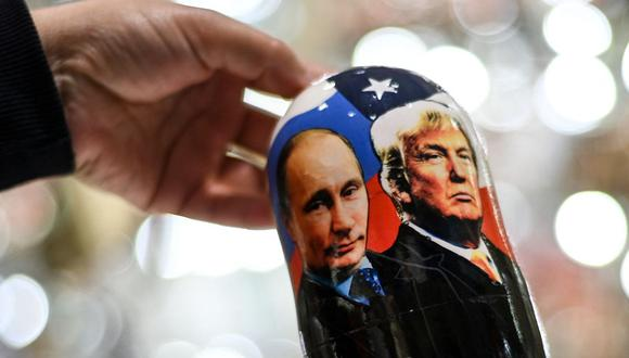 Imagen muestra los rostros de Vladimir Putin y Donald Trump. Artículo en venta en una tienda de regalos del centro de Moscú, el 3 de noviembre de 2020. (Kirill KUDRYAVTSEV / AFP).