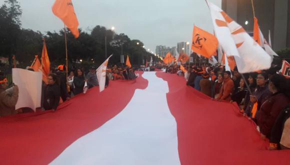 Fujimoristas marchan a favor de su lideresa, Keiko Fujimori. También están presentes algunos congresistas de la bancada.