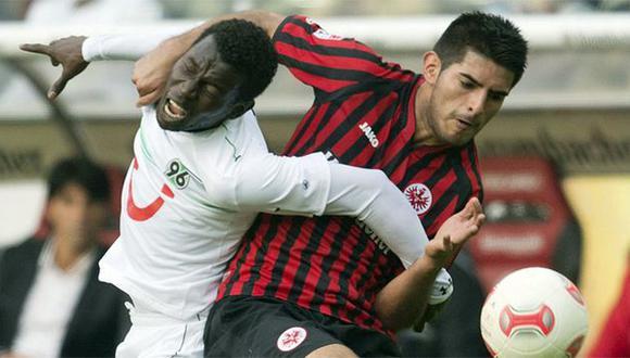 Carlos Zambrano no pudo evitar que el Eintracht Frankfurt perdiera el invicto de su valla. (AP)
