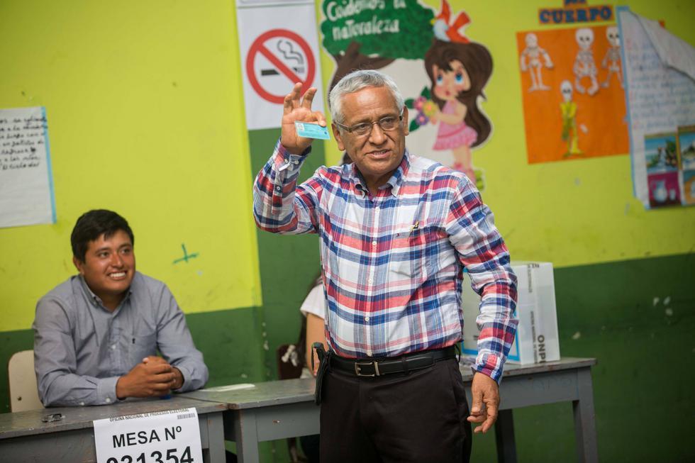 Referéndum 2018: Gobernandor de Lambayeque y su sucesor acudieron a votar (NadiaQuinteros)
