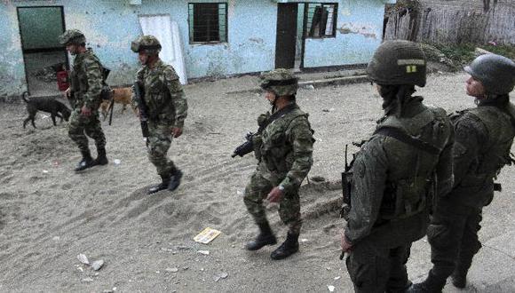 Militares patrullan las calles de Toribío al que llegará hoy Santos. (AP)