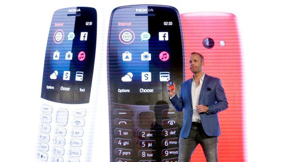 El director de producto de HMD, Juho Sarvikas, muestra un Nokia 210 durante el acto de presentación de los nuevos modelos de móviles Nokia. (Foto: EFE)