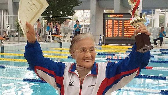 Mieko Nagaoka de 100 años consiguió completar una carrera de 1.500 metros libres en Japón. (AFP)