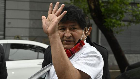 El expresidente boliviano Evo Morales saluda al salir luego de una conferencia de prensa en Buenos Aires. (AFP/JUAN MABROMATA).