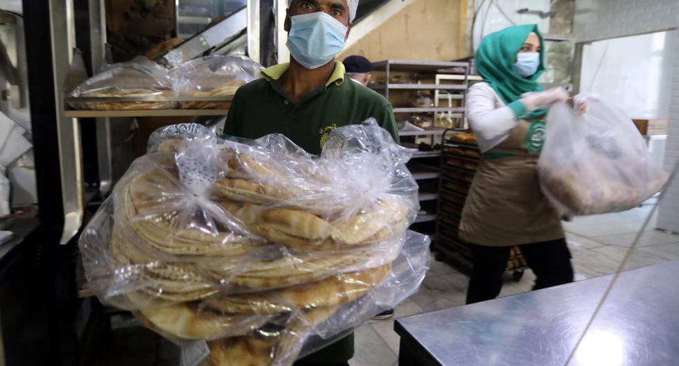 Los trabajadores trasladan el pan dentro de un establecimiento en Beirut, luego de la explosión del martes en el área portuaria de la ciudad, Líbano. Imagen del 5 de agosto de 2020. (REUTERS/Mohamed Azakir).